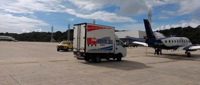 Caminhão baú entrega equipamentos para o transporte aéreo.